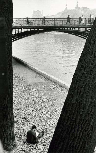 pont-des-arts-paris-man-reading-between-trees-1963